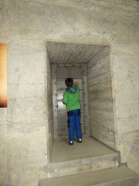 In der Staumauer, hinter der Türe ist das Wasser / Inside the dam, behind the door is the water