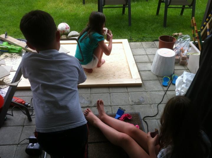 Das Hochbeet wird gebaut / The raised garden is being built