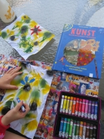 Dann mit Pastelkreiden die Blumen malen / Then coloring the flowers with pastell crayons