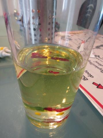 Tropfen Lebensmittelfarbe lösen sich in Öl nicht auf / Drops of food coloring don't dilute in oil