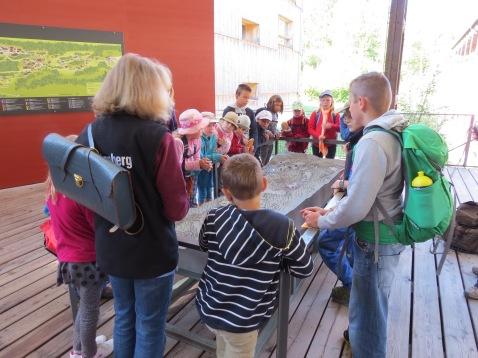 Unsere Begleiterin erklärt das Freilichtmuseum / Our guide explains the museum to us.