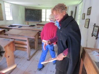 Die Lehrerin empfängt die Kinder / The teacher welcomes the children