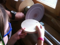 Die Unterlage: schleifen mit der Schleifmaschine / The base: sanding with the grinding machine