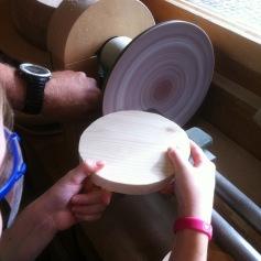 Die Unterlage: schleifen mit der Schleifmaschine / The base: sanding with the grinding machine
