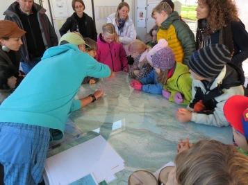 Unser Führer erklärt, was mit dem Bielersee geschehen ist. / Our guide explains what happened to Lake Biel