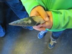 Schnüggu hält einen Dolch / Buddyboy is holding a dagger