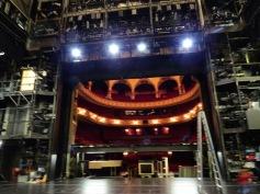 Von der Bühne aus in den Saal / From the stage into the audience hall