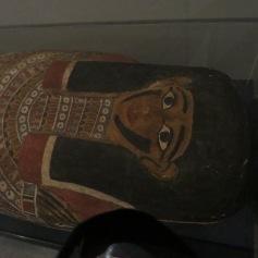Geschlossener Sarg, ob es da wohl noch eine Mumie drin hat? / Sealed coffin. Is there still a mummy inside?