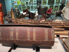 Trommel und Boot aus Papa Neu Guinea / Drum and boat from Papa New Guinea