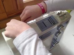 Schnüseli weiss schon, wie man die Nähmaschine einfädelt / Honeybunny already knows how to pull the thread through the machine