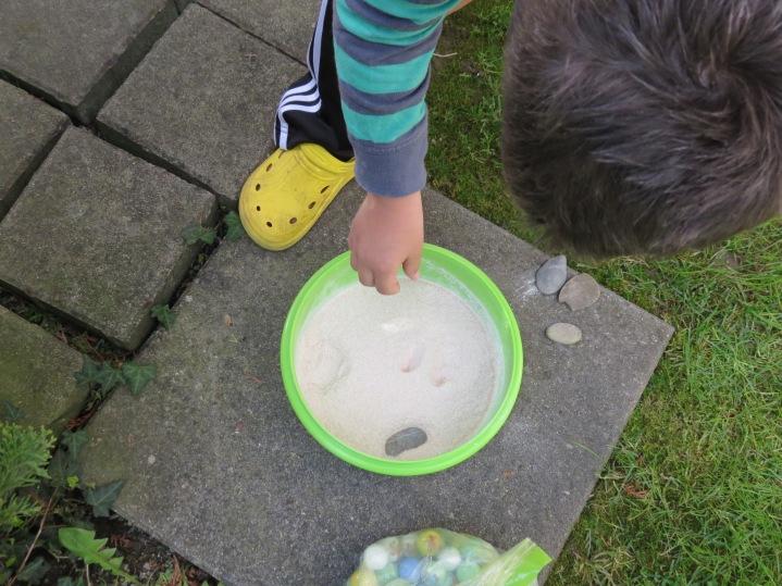 Kieselsteine in Mehl fallen lassen / Dropping pebbles into the flour