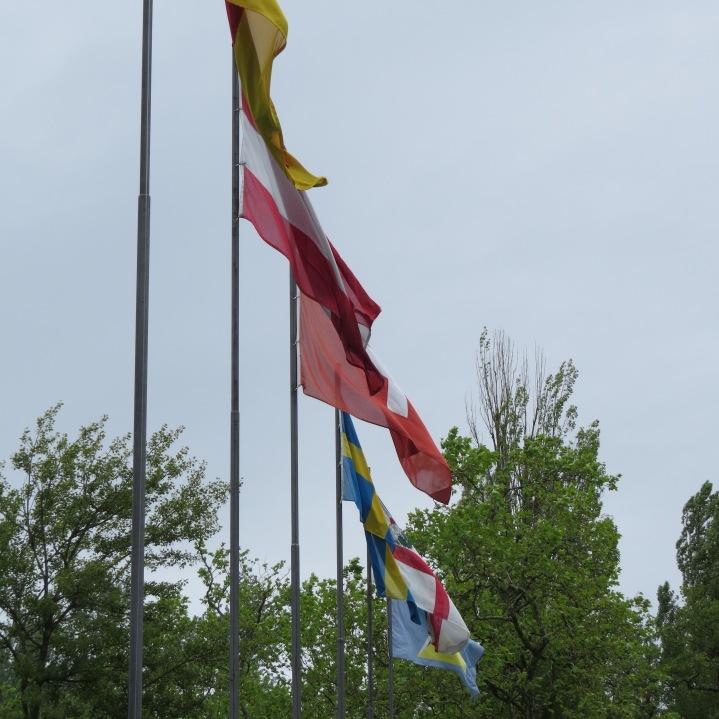 Fahnen beim Eingang / Flags as a welcome