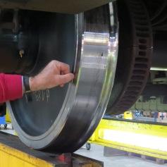 Uns wird gezeigt, wie die Räder neu geschliffen werden / We are shown how the wheels are newly whetted
