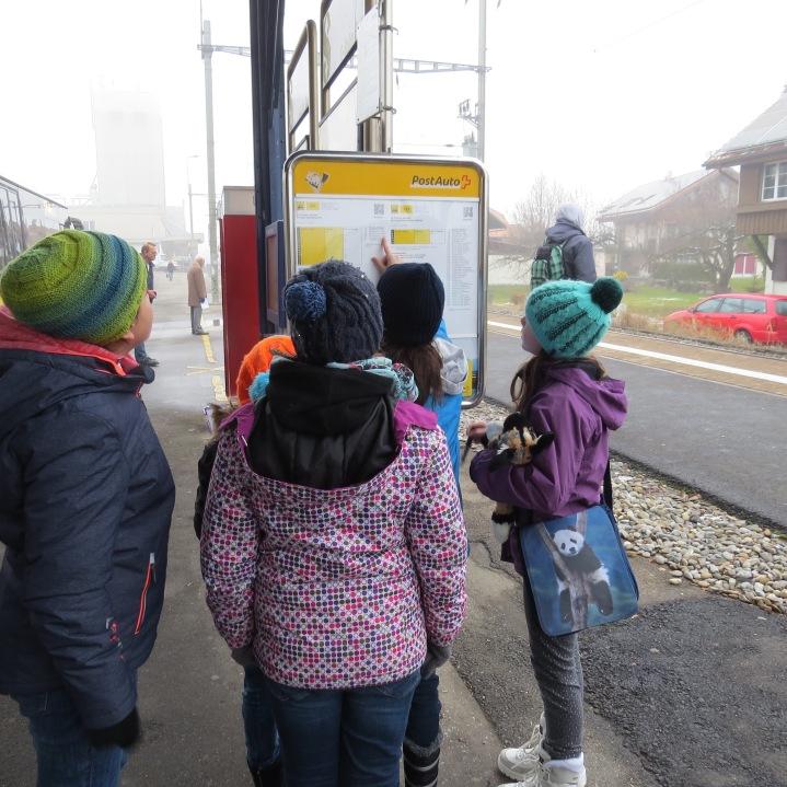 Wie lange müssen wir warten bis das nächste Postauto fährt? / How long do we have to wait until the next bus leaves?