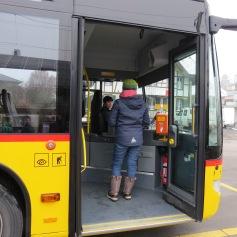 Ein Mädchen getraut sich, den Buschauffeur zu fragen / One girl is brave enough to ask the bus driver