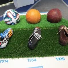 Bälle und Schuhe früher und heute / Balls and shoes past and present