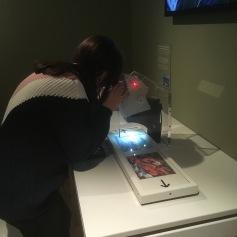 Schnüseli untersucht ein Gemälde via Mikroskop